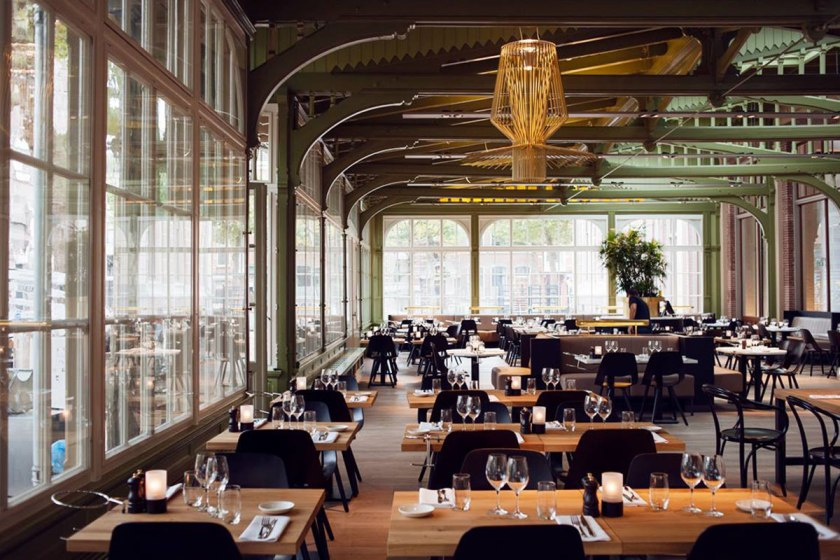 de Plantage restaurant is elegant by day or night